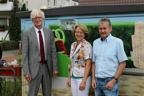 Henning Onkes und Uta Kupsch übergeben die Botschafterplakette an Bernd Heckmann, Avacon©Wirtschaftsförderung im Landkreis Nienburg/Weser GmbH