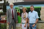 Henning Onkes und Uta Kupsch übergeben die Botschafterplakette an Bernd Heckmann, Avacon