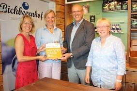 Übergabe Botschafterplakette Bickbeernhof©Wirtschaftsförderung im Landkreis Nienburg/Weser GmbH