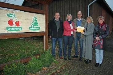 Übergabe der Botschafterplakette an Hof Windhorst©Wirtschaftsförderung im Landkreis Nienburg/Weser GmbH