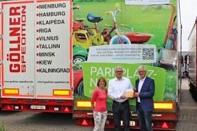 Übergabe der Plakette auf dem Parkplatz der Spedition Göllner