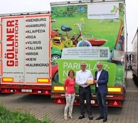 Übergabe der Plakette auf dem Parkplatz der Spedition Göllner©Wirtschaftsförderung im Landkreis Nienburg/Weser GmbH