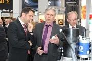 Wirtschaftsminister Olaf Lies im Gespräch mit Mitaussteller Ralph Landwermann, Landwermann Technik GmbH